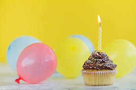 Cupcake with candle and balloons Free