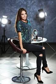 giovane donna che si siede su sgabelli da bar foto stock
