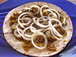 afghanisches zwiebelfleisch auf fladenbrot