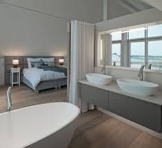 minimalistisches badezimmer doppelwachbecken grau weiß holz