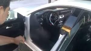 insolite un intérieur de voiture nettoyé au jet d eau