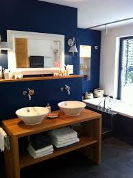 ein bad in der farbe blau nach der traditionellen feng shui