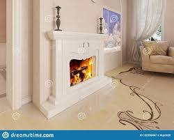 ein klassischer weißer kamin in einem luxuriösen wohnzimmer