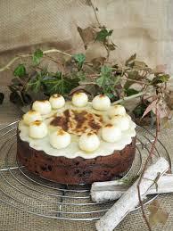 simnel cake osterkuchen auf englische tea and scones