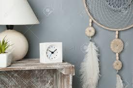 grauer beige traumfänger im schlafzimmerinnenraum auf grauem strukturiertem hintergrund schlafzimmer dekor