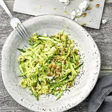 zucchini spaghetti mit avocado und feta