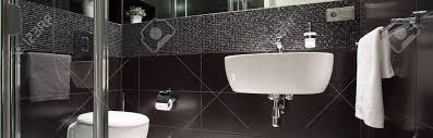 blick auf schwarz weiß luxus badezimmer