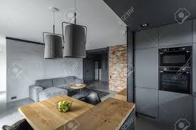 modernes loft mit offenem wohnzimmer esstisch und küche mit insel