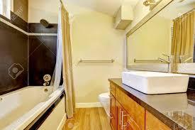 badezimmer mit kontrast wand schwarze wand verkleidung und weißen badewanne kabinett mit granitplatte und schiff versenken northwest usa