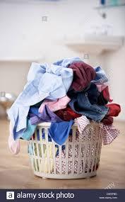 korb für schmutzige wäsche im bad stockfotografie alamy
