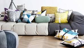 gros coussin de canapé bien choisir ses coussins pour canapé