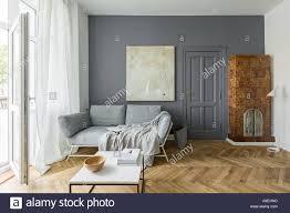 grau und weiß wohnzimmer mit vintage kachelofen