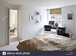 doppelbett im modernen schlafzimmer mit computer am tisch in