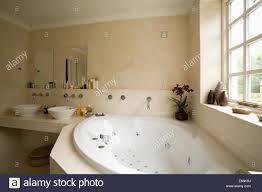 whirlpool eckbadewanne unter fenster im modernen badezimmer