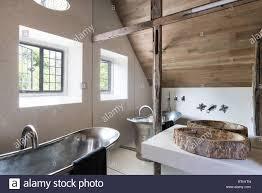 badezimmer mit spiegelwand halbierend zurückgefordert balken