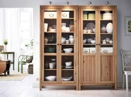 Dining Room Display Cabinets Ikea by Helles In Weiß Gehaltenes Wohnzimmer Mit Hemnes Vitrinenschrank