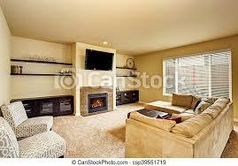 gemütliches wohnzimmer mit beigetönen mit teppichboden und