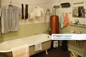 stockfoto badezimmer 1950er jahre mit badewanne wäsche