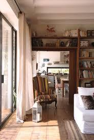 blick vom sonnigen wohnzimmer mit großer bild kaufen