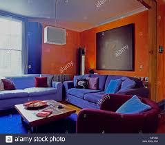 blaue samtsofas und lila sessel in neunziger jahre orange
