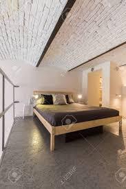 einem modernen schlafzimmer in einem geräumigen loft wohnung