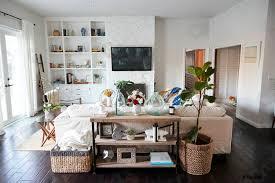foto auf lager ein familiäres wohnzimmer mit weißen wänden und dunklen holzdielen bei tageslicht hinten das sofa das in zentraler position