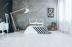 großer weißer teppich auf dem boden im modernen schlafzimmer mit fenster