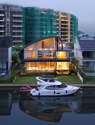 104 Water Front House This Front Home In Singapore Is Enclosed By A Curvaceous Roof