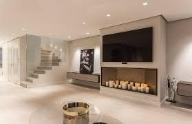 einrichtung wohnzimmer tv an wand mit kerzen im regal