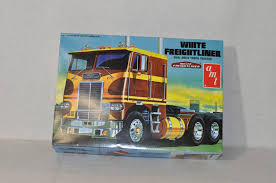 AMT 1/25 White Freightliner Dual Drive Tractor Plastic Model Kit ...