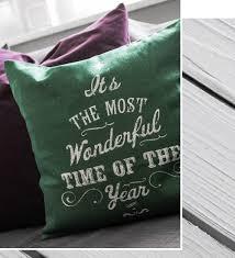 wohnzimmer einrichtung lila gruen deko kissen schriftzug