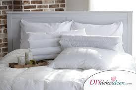 schlafzimmer mit naturmaterialien zum erholungsort
