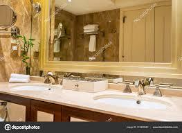 schöne luxus armatur und waschbecken dekoration im