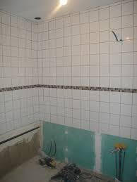 pose de faience murale poser du carrelage dans une salle de bain