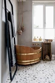 freistehende badewanne aus holz auf bild kaufen