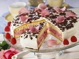 himbeer joghurt torte mit rosenblättern