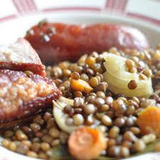 cuisine des lentilles saucisse aux lentilles au four avec du lard recette facile