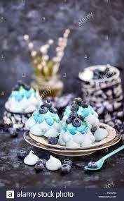 leckere heidelbeeren pavlova baiser kuchen mit sahne und