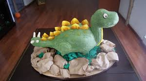 dinosaurier kuchen mit holzgerüst