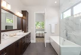 badezimmer gestalten heller boden dunkle wand