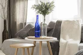 wohnzimmer idee beistelltische mit deko hygge sofa