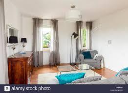 kleines wohnzimmer mit stilvollen kommode glas tisch sofa