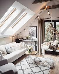 kleines wohnzimmer unter dachschräge mit elegantem interieur