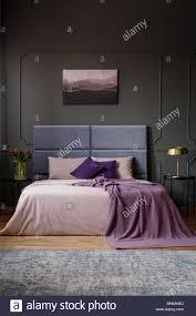 violette decke auf dem bett mit kopfteil in geräumigen
