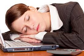 ennui au bureau la femme surchargée fatiguée d affaires dort dans le bureau image