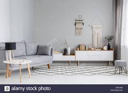 auf dem tisch neben grau sofa le in scandi wohnzimmer