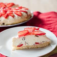 cremiger stracciatella schüttelkuchen mit erdbeeren