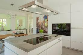 Moderne Weisse Küchen Bilder Moderne Weiße Küche Mit Kontrastreichem Kühöschrankmotiv