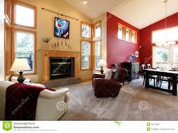 modernes großes offenes wohnzimmer mit roter wand stockbild