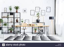 holz stuhl am tisch auf geometrische teppich in scandi